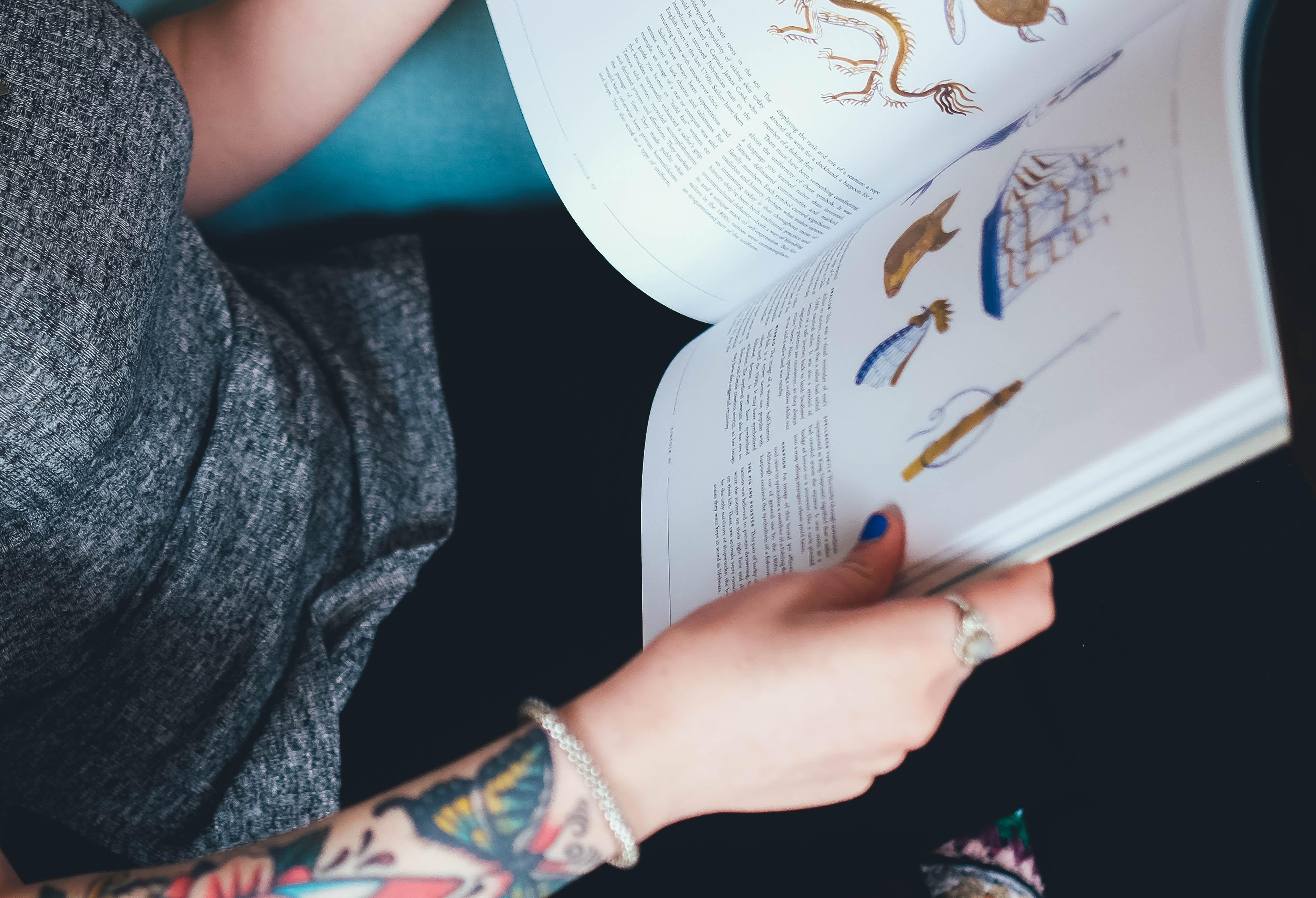 någon läser en skolbok