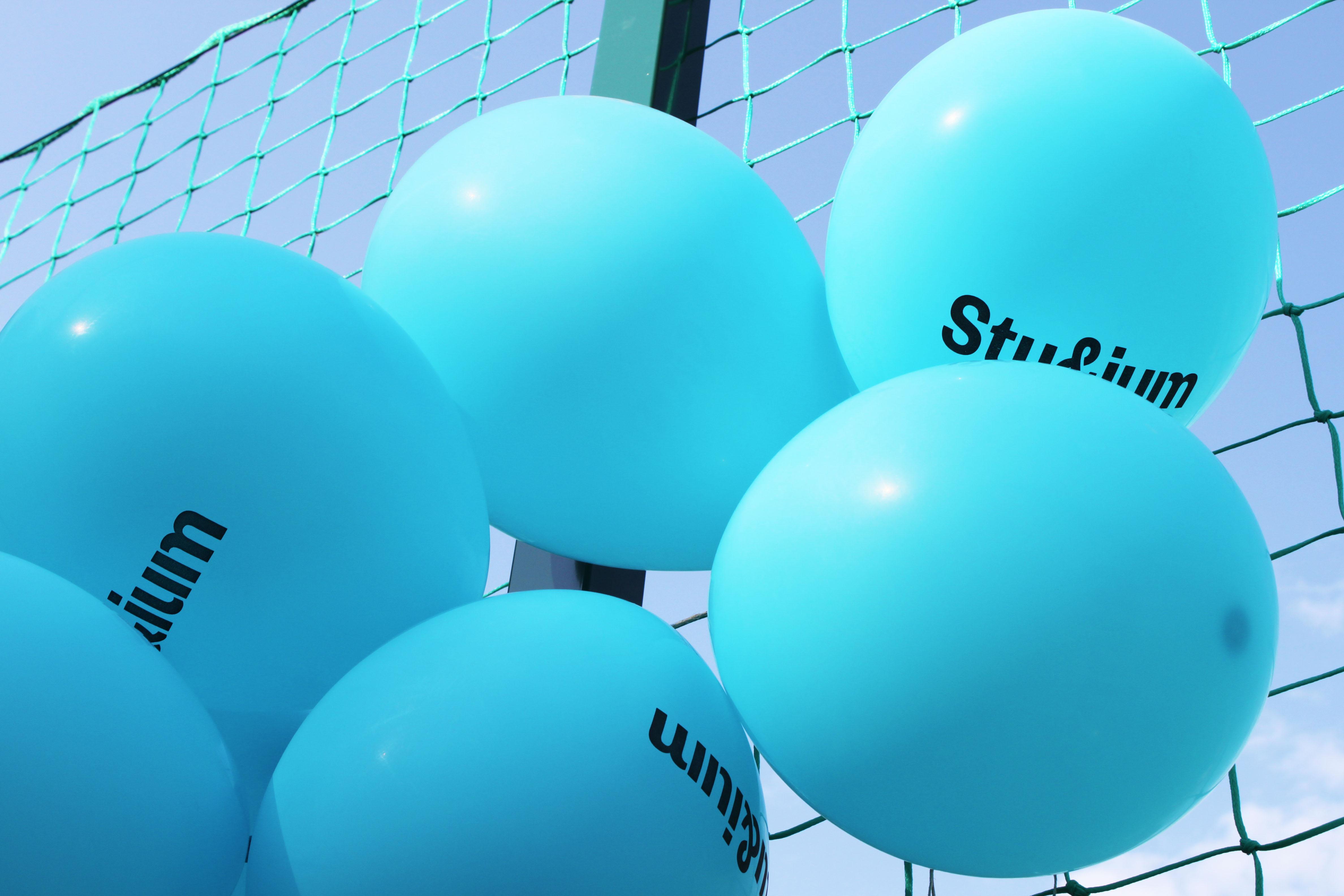 blåa ballonger
