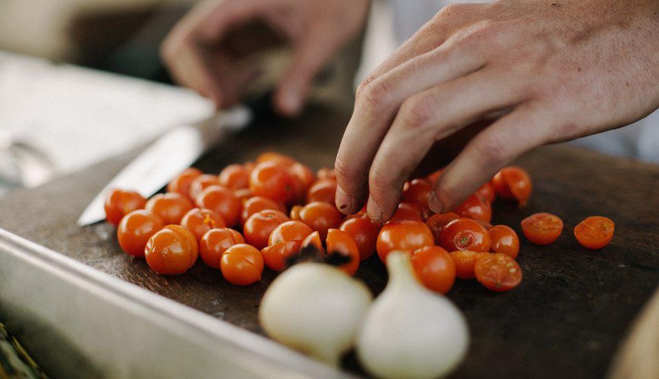 någon hackar tomat och lök