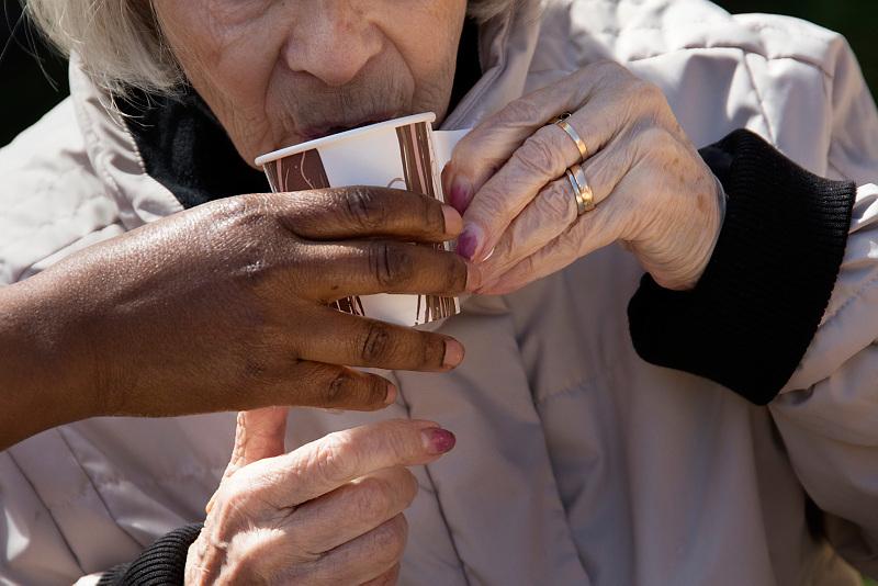 dricka kaffe med hjälp av personal