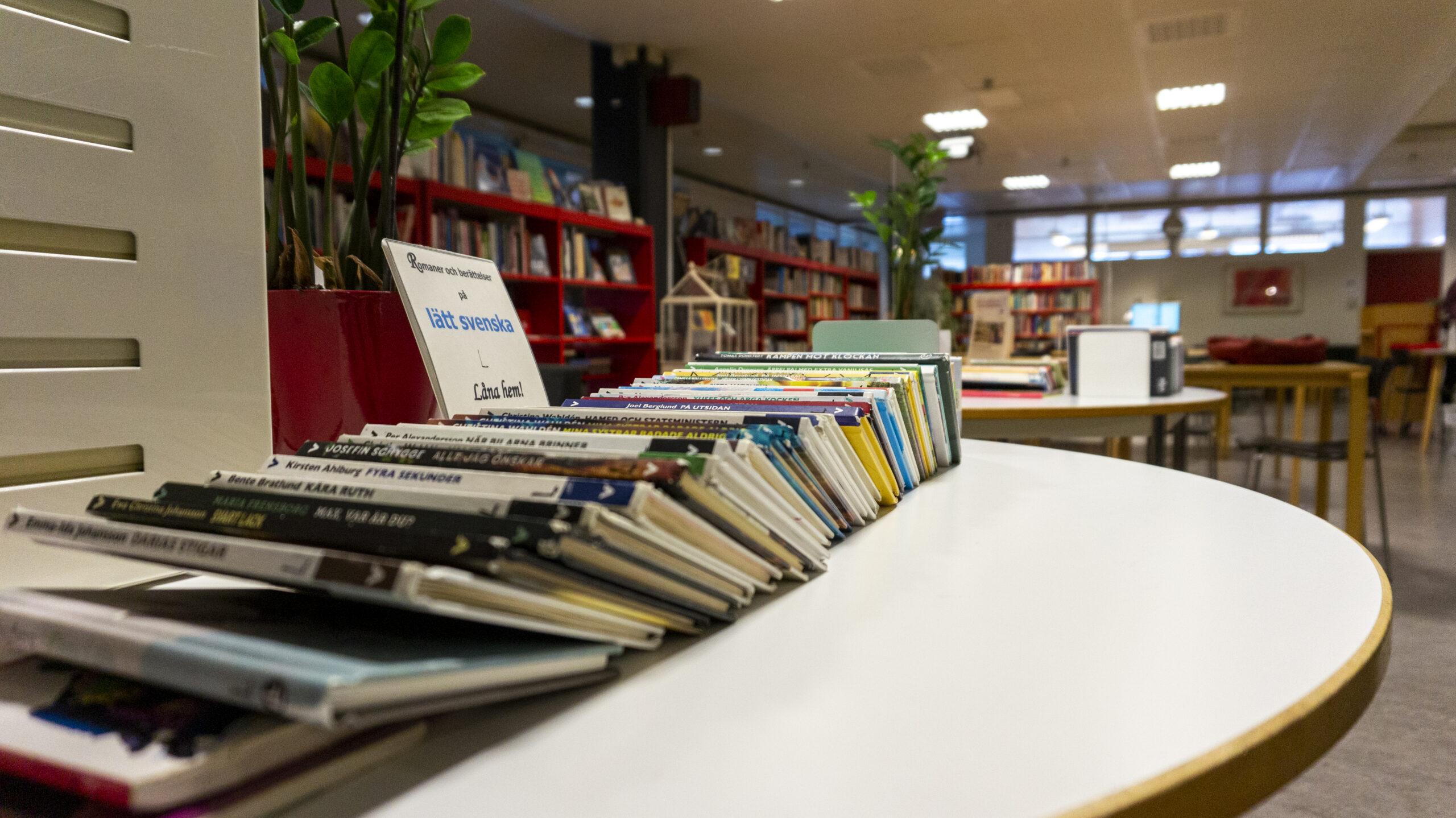 Böcker på lätt svenska, vackert upplagda på ett bord.